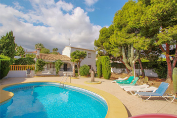 Condelmar is a Costa Blanca close to the beach holiday villa rentals property located on the town of Calpe cost for rent villas in Spain